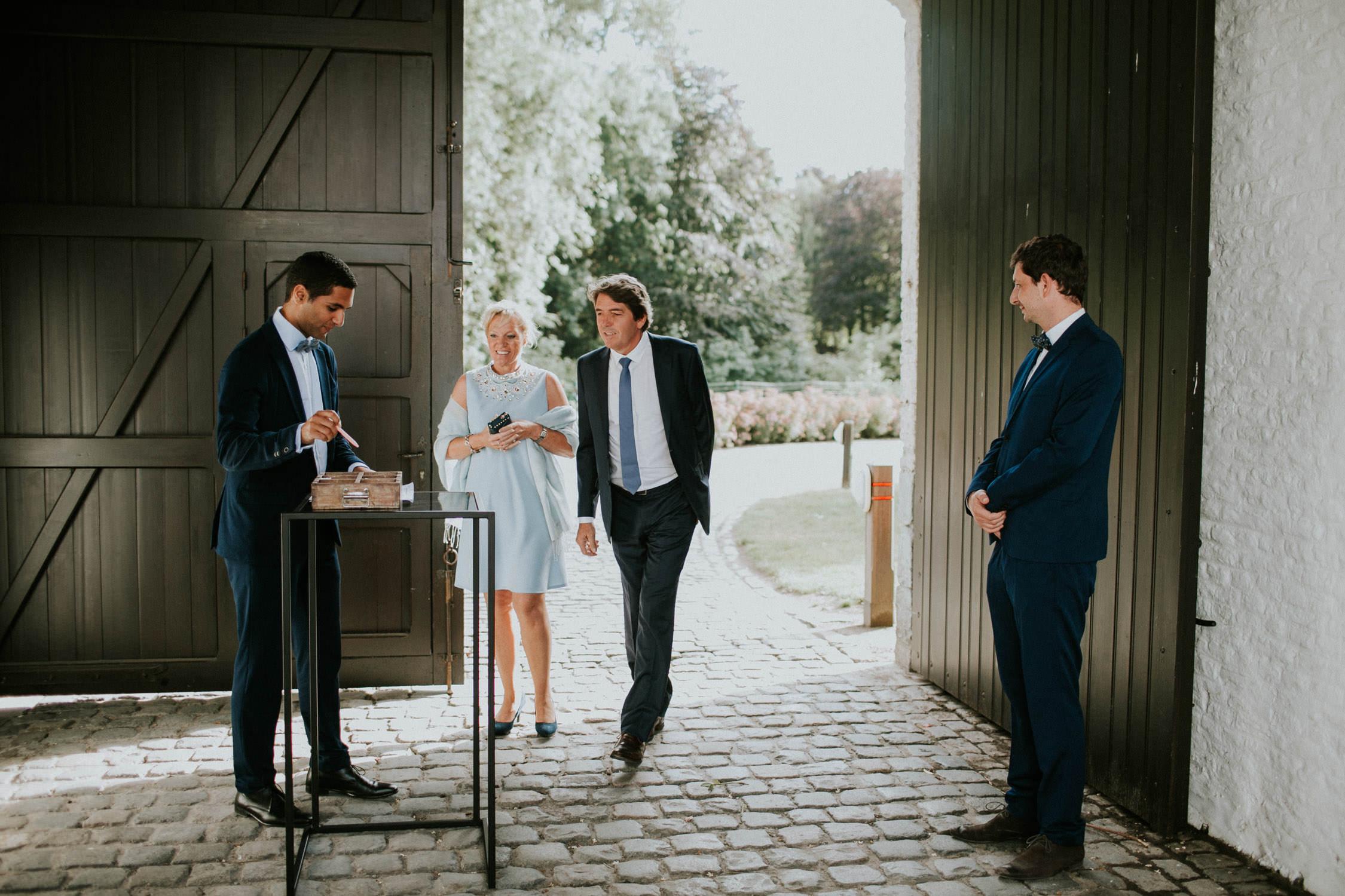 Gasten arriveren op huwelijk Kasteelhoeve, Avelgem