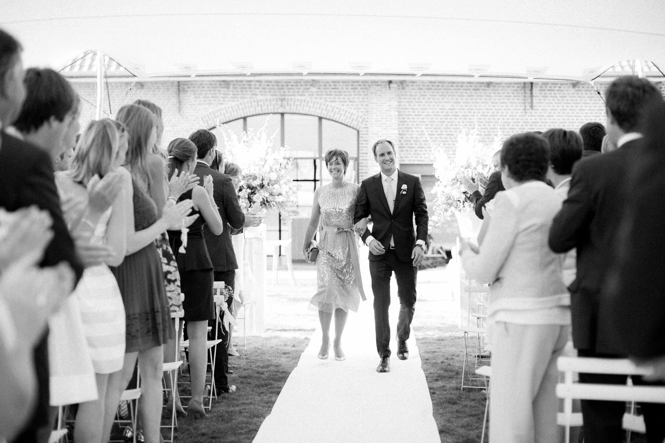 Huwelijksceremonie in 't-Goed Indoye, Wevelgem, mama en bruidegom