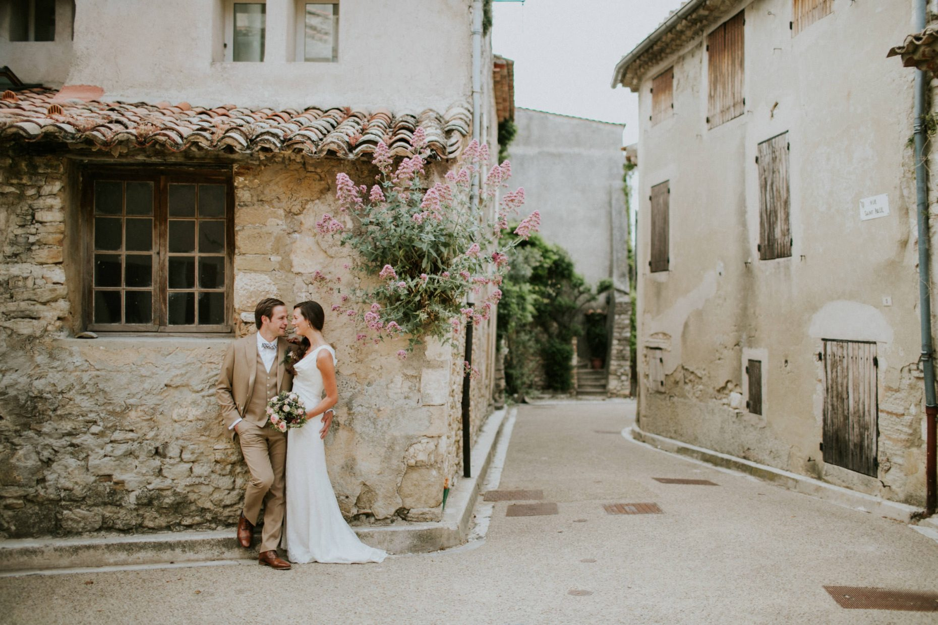 Wedding couple Gordes, Provence, France